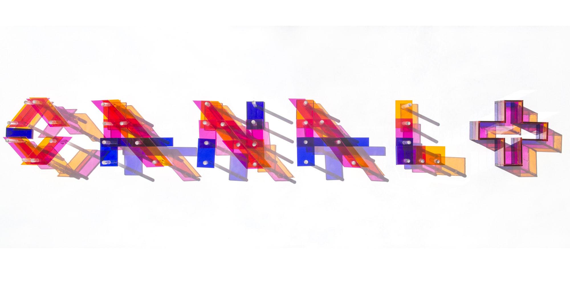 Une anamorphose en plexiglas de Pierre Brault pour le groupe Canal +, qui a sollicité l'artiste pour l'habillage de plateaux TV.