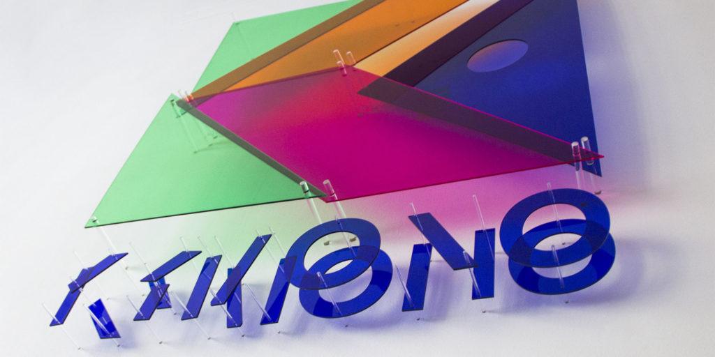 Anamorphose en plexiglas du logo de la marque Kymono, spécialiste de la personnalisation de vêtements et d'accessoires aux couleurs de start-ups, pour son nouveau showroom.avec Courrèges, Pierre Brault : offre de création de « typographies solaires » personnalisables à destination des marques et entreprises