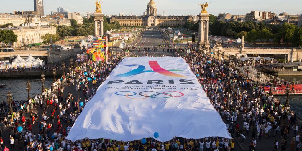 Visuel en maille drapeau au format exceptionnel de 80 mètres de long sur 20 mètres de large, réalisé par Figarol, en partenariat pour Dupligrafic (77)